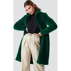 Rut&Circle Długi płaszcz ze sztucznym futrem - Green. Zielone płaszcze damskie marki Rut&Circle, z dzianiny, z okrągłym kołnierzem. Za 404,95 zł.
