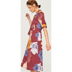 Sukienka w kwiaty - Wielobarwn. Szare sukienki marki Reserved, w kwiaty. Za 99,99 zł.