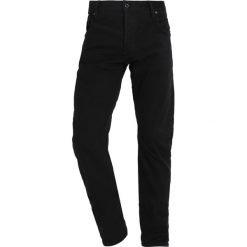 GStar ARC 3D SLIM Jeansy Slim Fit hino black denim. Czerwone jeansy męskie relaxed fit marki G-Star, l, z napisami. W wyprzedaży za 375,20 zł.