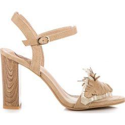 Sandały na słupku boho MAGGIE. Białe sandały damskie na słupku marki KYLIE. Za 89,99 zł.