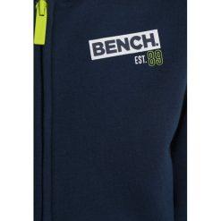 Bench BRANDED TAPE HOODY  Bluza rozpinana dark navy blue. Szare bluzy chłopięce rozpinane marki Bench, z bawełny, z kapturem. W wyprzedaży za 170,10 zł.