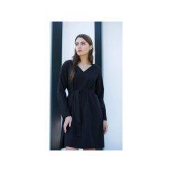 Sukienka SIMPLICITY BLACK. Czarne długie sukienki TRUE COLOR by Ann, na co dzień, l, eleganckie, z klasycznym kołnierzykiem, z długim rękawem, trapezowe. Za 450,00 zł.