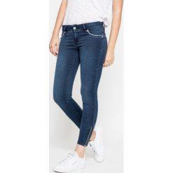 Superdry - Jeansy. Szare jeansy damskie marki Superdry, l, z nadrukiem, z bawełny, z okrągłym kołnierzem. W wyprzedaży za 129,90 zł.