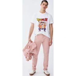 Kolorowe jeansy comfort fit. Czerwone jeansy męskie relaxed fit Pull&Bear. Za 129,00 zł.