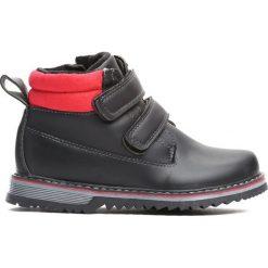 Czarne Traperki Take Place. Czarne buty zimowe chłopięce Born2be, z materiału, z okrągłym noskiem, na zamek. Za 69,99 zł.