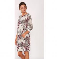 Sukienka w kolorze beżowo-bordowym ze wzorem. Brązowe sukienki marki Dioxide, s, z okrągłym kołnierzem, midi, proste. W wyprzedaży za 119,95 zł.