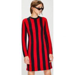 Calvin Klein - Sukienka. Szare długie sukienki marki Calvin Klein, na co dzień, l, z dzianiny, casualowe, z okrągłym kołnierzem, z długim rękawem, proste. W wyprzedaży za 639,90 zł.