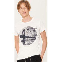 T-shirt z fotonadrukiem - Kremowy. Czarne t-shirty męskie marki KIPSTA, z poliesteru, do piłki nożnej. Za 39,99 zł.