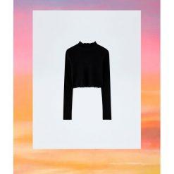 Czarna koszulka z długim rękawem Pull&Bear by Rosalía. Czarne t-shirty damskie marki Pull&Bear. Za 69,90 zł.