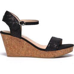 SANDAŁY DAMSKIE NA KOTURNIE. Brązowe sandały damskie marki Top Secret, w paski, na koturnie. Za 69,99 zł.