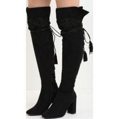 Czarne Kozaki Enamour. Czarne buty zimowe damskie marki Kazar, z futra, przed kolano, na wysokim obcasie, na koturnie. Za 139,99 zł.