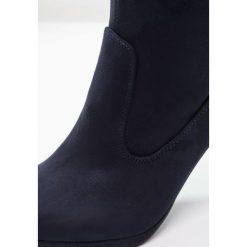Anna Field Kozaki na obcasie dark blue. Niebieskie buty zimowe damskie marki Anna Field, z materiału, na obcasie. W wyprzedaży za 132,30 zł.