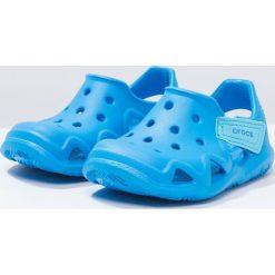 Crocs SWIFTWATER WAVE Sandały kąpielowe ocean. Niebieskie sandały chłopięce marki Crocs, z gumy. Za 129,00 zł.