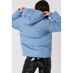 NA-KD Watowana kurtka - Blue. Niebieskie kurtki damskie marki NA-KD, z napisami, z poliesteru. W wyprzedaży za 113,58 zł.