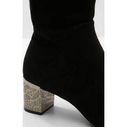 Calvin Klein NERON Muszkieterki black. Czarne kozaki damskie Calvin Klein, z materiału. W wyprzedaży za 559,50 zł.