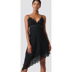 NA-KD Party Asymetryczna sukienka z koronką - Black. Czarne sukienki asymetryczne marki NA-KD Party, na imprezę, w koronkowe wzory, z koronki, z asymetrycznym kołnierzem, mini. Za 121,95 zł.