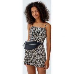 Sukienka mini w panterkę z prostym dekoltem. Szare sukienki mini Pull&Bear, z motywem zwierzęcym, proste. Za 69,90 zł.