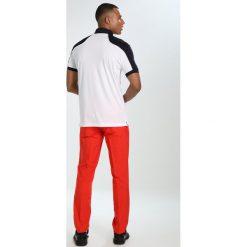 J.LINDEBERG ELOF SLIM FIT LIGHT Spodnie materiałowe racing red. Czerwone chinosy męskie J.LINDEBERG, z materiału. Za 419,00 zł.