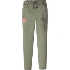 Odzież dziecięca: Spodnie z przetarciami i nadrukiem bonprix oliwkowy
