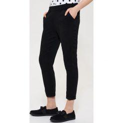 Materiałowe spodnie chino - Czarny. Czarne chinosy męskie marki House, z materiału. Za 49,99 zł.