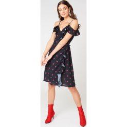 NA-KD Kopertowa sukienka z odkrytymi ramionami - Black,Multicolor. Czarne sukienki na komunię marki NA-KD, z poliesteru, z kopertowym dekoltem, midi, kopertowe. W wyprzedaży za 38,99 zł.