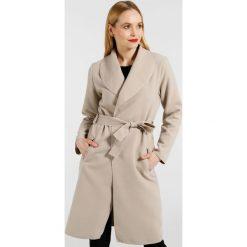 Płaszcze damskie pastelowe: Płaszcz materiałowy - 65-6168A BEIG