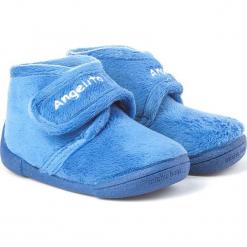 Kapcie w kolorze niebieskim. Niebieskie kapcie chłopięce marki geox kids, z gumy. W wyprzedaży za 87,95 zł.