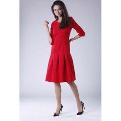 Czerwona Wizytowa Sukienka z Obniżonym Stanem. Czerwone sukienki balowe marki Molly.pl, na co dzień, l, z dekoltem na plecach, oversize. W wyprzedaży za 158,01 zł.