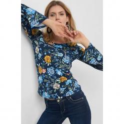 Koszulka w kwiaty z ażurem. Niebieskie bluzki ażurowe marki Orsay, s, z dzianiny, z długim rękawem. Za 69,99 zł.