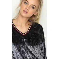 Szara Bluza Glowing. Szare bluzy z kieszeniami damskie Born2be, uniwersalny, w kolorowe wzory, z materiału. Za 44,99 zł.