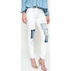 Guess Jeans - Jeansy. Szare jeansy damskie rurki Guess Jeans, z bawełny, z obniżonym stanem. W wyprzedaży za 429,90 zł.