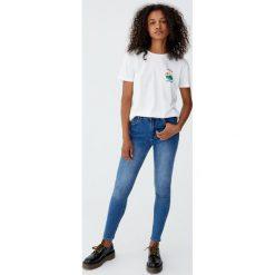 Jeansy rurki z wysokim stanem. Niebieskie jeansy damskie rurki Pull&Bear, z jeansu, z podwyższonym stanem. Za 99,90 zł.