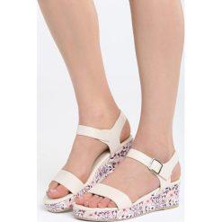 Beżower Sandały City Looks Pretty. Brązowe sandały damskie marki Born2be, z materiału, na koturnie. Za 79,99 zł.