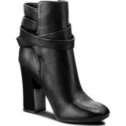 Botki GUESS - Lundy FLNDY3 LEA10 BLACK. Czarne botki damskie na obcasie marki Guess, z materiału. W wyprzedaży za 489,00 zł.