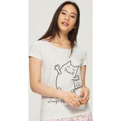 Piżama z nadrukiem w koty - Jasny szar. Szare piżamy damskie marki Sinsay, l, z motywem z bajki. Za 39,99 zł.