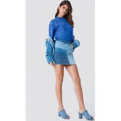 Bluzy rozpinane damskie: Andrea Hedenstedt x NA-KD Bluza z perłami na rękawie - Blue
