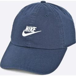 Nike Sportswear - Czapka. Różowe czapki z daszkiem męskie marki Nike Sportswear, l, z nylonu, z okrągłym kołnierzem. Za 89,90 zł.