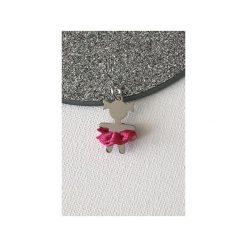 Srebrny wisiorek dziewczynka z różową spódniczką. Szare spódniczki dziewczęce marki Atdiament. Za 89,00 zł.