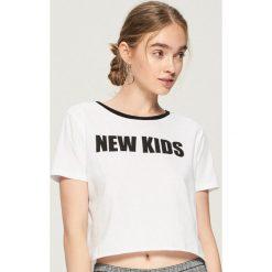 T-shirt z kontrastowym nadrukiem - Biały. Białe t-shirty damskie Sinsay, l, z nadrukiem, z kontrastowym kołnierzykiem. Za 19,99 zł.