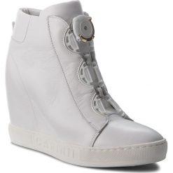 Sneakersy CARINII - B4174 G34-000-PSK-B88. Białe sneakersy damskie Carinii, ze skóry. W wyprzedaży za 249,00 zł.
