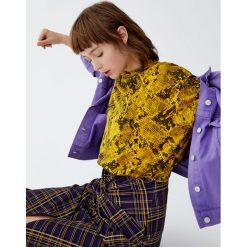 Koszulka w wężowy wzór. Żółte t-shirty damskie marki Pull&Bear. Za 29,90 zł.