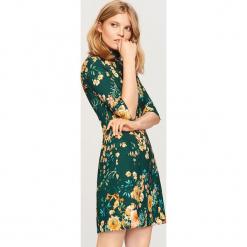 Sukienka w kwiaty - Zielony. Zielone sukienki Reserved, w kwiaty. Za 79,99 zł.