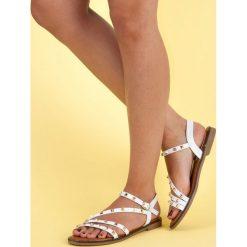 Płaskie sandały z ćwiekami SDS białe. Białe rzymianki damskie SDS, na płaskiej podeszwie. Za 59,90 zł.