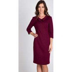 Bordowa sukienka z kołnierzykiem QUIOSQUE. Czerwone sukienki balowe marki QUIOSQUE, do pracy, z dzianiny, dopasowane. W wyprzedaży za 139,99 zł.