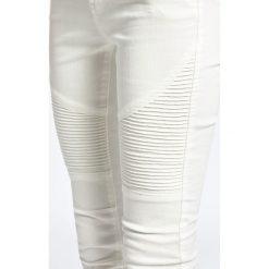 Noisy May - Jeansy. Białe jeansy damskie rurki marki Noisy May, z obniżonym stanem. W wyprzedaży za 79,90 zł.