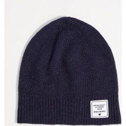 Czapka z wełną - Granatowy. Czerwone czapki zimowe damskie marki Mohito, z bawełny. Za 29,99 zł.