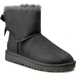 Buty UGG - W Mini Bailey Bow II 1016501 W/Grey. Szare buty zimowe damskie marki Ugg, z materiału, z okrągłym noskiem. Za 899,00 zł.