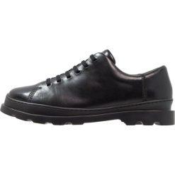 Camper BRUTUS Sznurowane obuwie sportowe black. Czarne buty skate męskie Camper, z materiału, na sznurówki. W wyprzedaży za 455,20 zł.