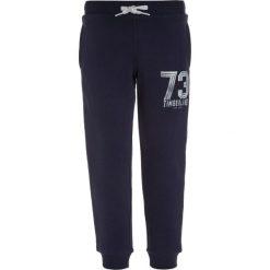 Timberland Spodnie treningowe marine. Czerwone jeansy chłopięce marki Timberland. W wyprzedaży za 159,20 zł.