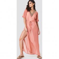 NA-KD Boho Zdobiona sukienka typu kaftan - Pink. Niebieskie sukienki boho marki NA-KD Boho, na imprezę, w koronkowe wzory, z koronki, na ramiączkach, mini. W wyprzedaży za 113,37 zł.